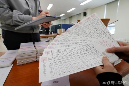 [사진]투표용지 '꼼꼼하게 검수'