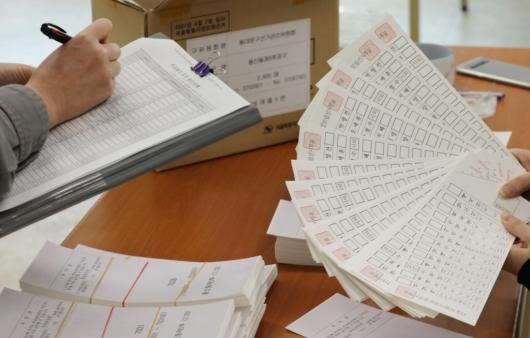 [사진]'재보선 투표용지 검수합니다'
