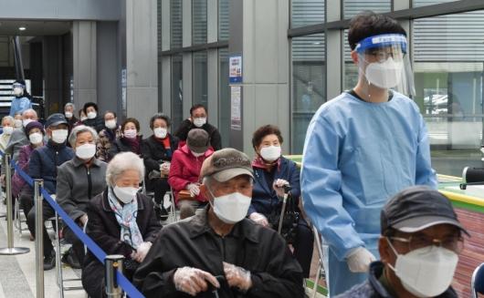 [사진]백신 접종 기다리는 어르신들