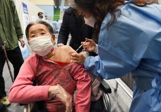 [사진]75세 이상 백신 접종 시작