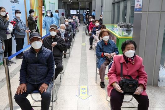 [사진]화이자 백신 접종 기다리는 어르신들