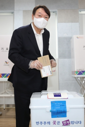 [사진]사전투표하는 윤석열 전 총장
