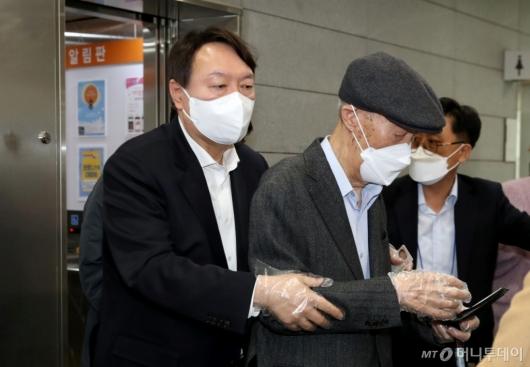 [사진]부친과 사전투표소 찾은 윤석열 전 총장