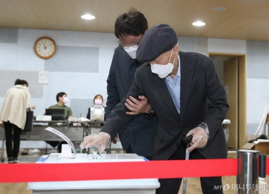 [사진]사전투표하는 윤석열 전 총장 부친
