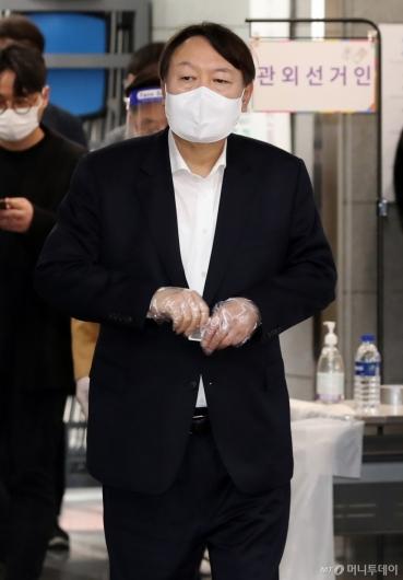 [사진]사전투표소 찾은 윤석열 전 총장