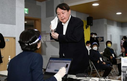 [사진]신원 확인하는 윤석열 전 총장