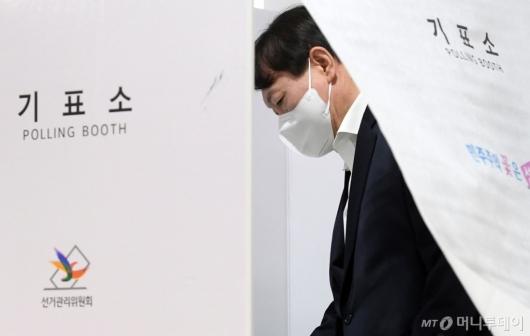 [사진]기표하는 윤석열 전 검찰총장