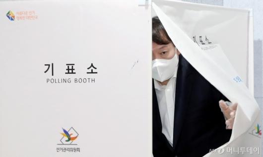 [사진]기표소 나서는 윤석열 전 검찰총장