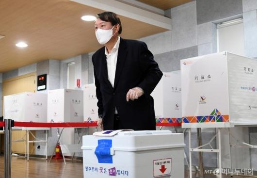 [사진]4·7 서울시장 보궐선거 사전투표하는 윤석열