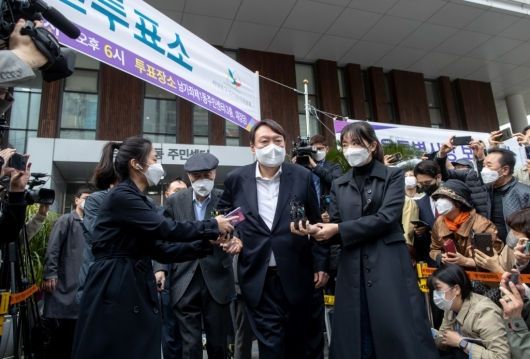 [사진]부친과 사전투표소 나서는 윤석열 전 총장