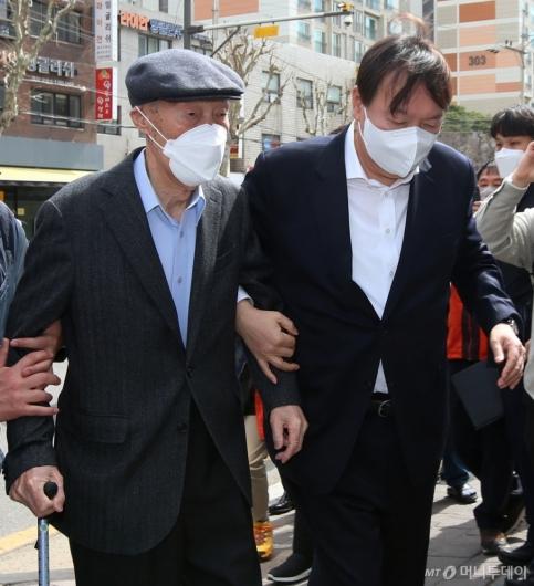 [사진]부친과 사전투표소 향하는 윤석열 전 총장