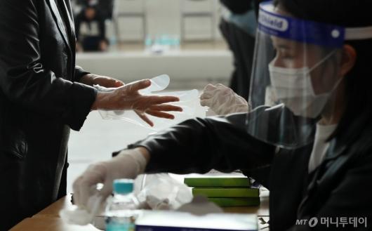 [사진]비닐장갑 착용하고 투표