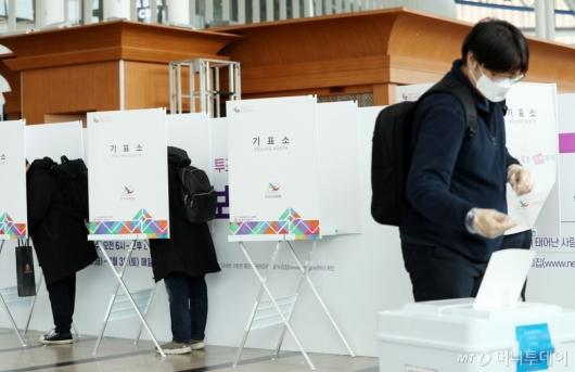 [사진]사전투표하는 시민들