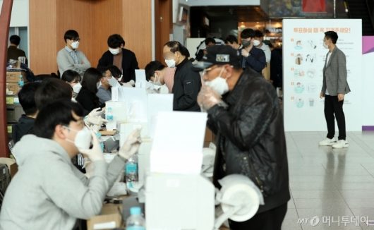 [사진]사전투표 나선 시민들