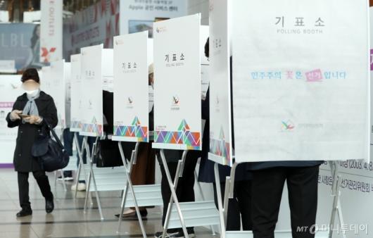 [사진]사전투표하는 서울시민들