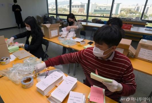 [사진]투표용지 검수하는 투표관리관들