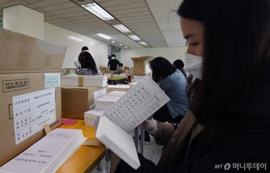 [사진]4·7 서울시장 보궐선거 투표용지 검수