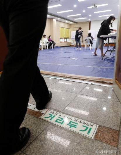 [사진]거리두기 유지하며 투표