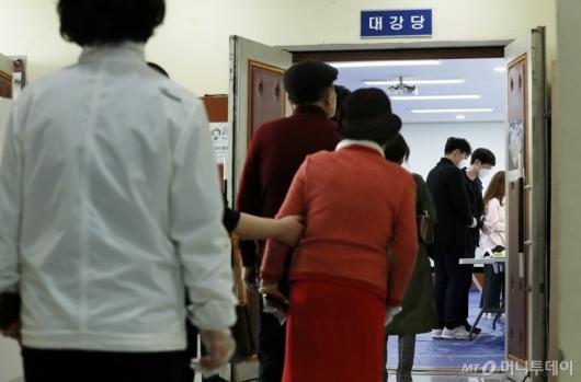 [사진]점심시간 투표소 찾은 시민들