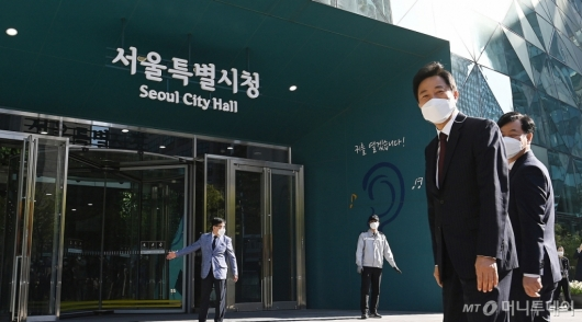 [사진]서울시청 들어서는 오세훈 신임 시장