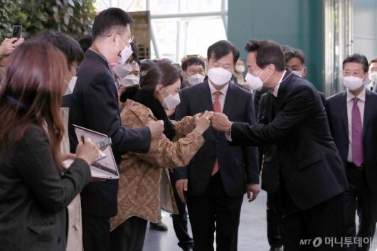 [사진]직원들과 인사하는 오세훈 신임 서울시장