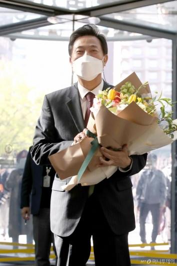 [사진]꽃다발 든 오세훈