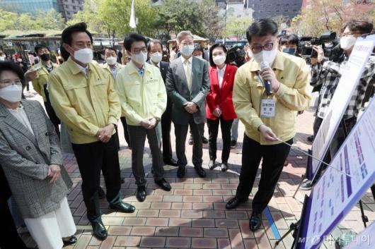 [사진]서울시 1호 예방접종센터 방문한 오세훈