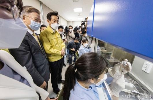 [사진]백신 소분 과정 지켜보는 오세훈