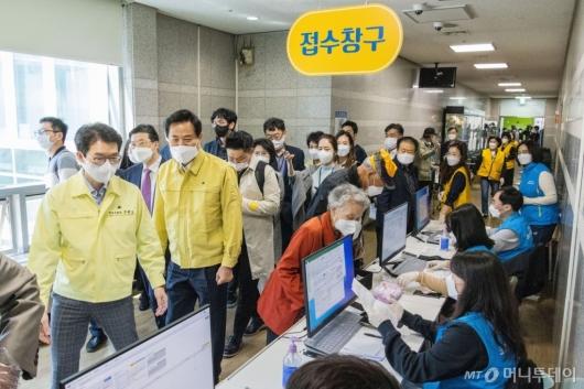 [사진]서울시 1호 예방접종센터 찾은 오세훈 시장