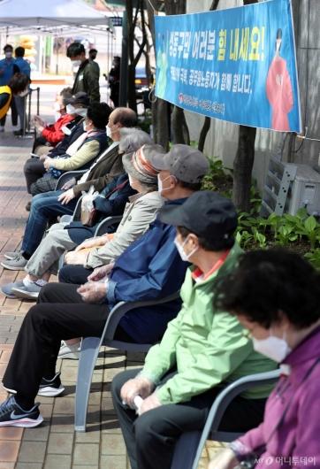 [사진]화이자 백신 접종 대기하는 75세 이상 어르신