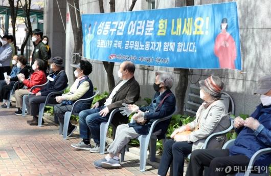 [사진]화이자백신 접종 대기하는 75세 이상 어르신들
