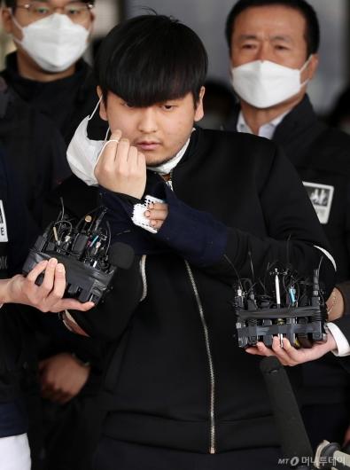 [사진]마스크 벗는 '세 모녀 살인' 김태현