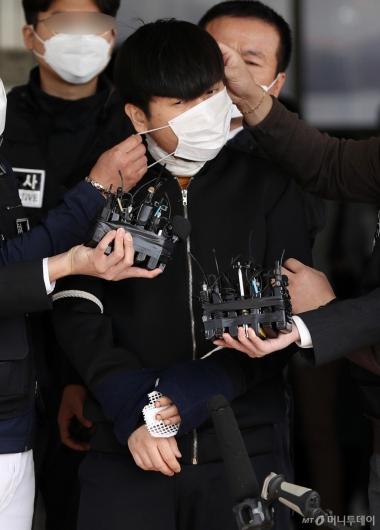 [사진]검찰 송치되는 '세 모녀 살인' 김태현