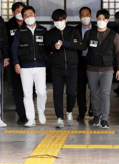 [사진]포토라인 가리키는 김태현