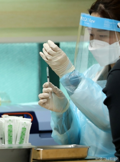 [사진]'AZ 백신' 접종 준비하는 의료진