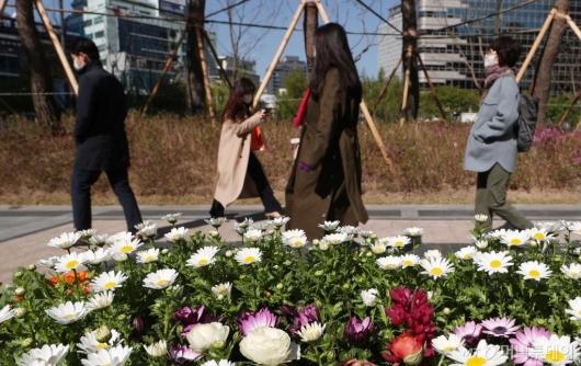 [사진]때늦은 꽃샘추위에 두꺼워진 옷차림