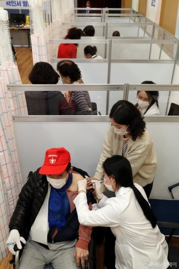 [사진]화이자 백신 접종 받는 어르신들