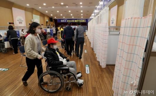 [사진]화이자 백신 접종 받는 75세 이상 어르신들