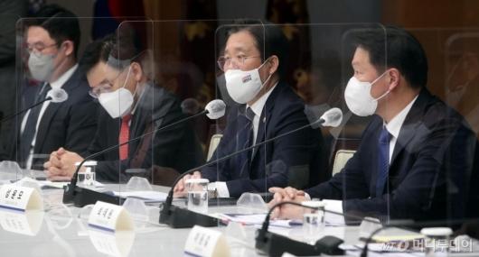 [사진]탄소중립 산업전환 추진위원회 발언하는 성윤모 장관