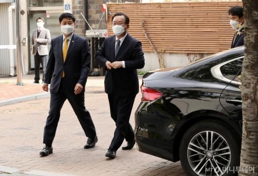 [사진]임시사무실 도착한 김부겸 국무총리 후보자