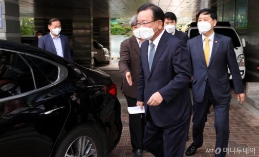 [사진]임시 사무실 나서는 김부겸 총리 후보자