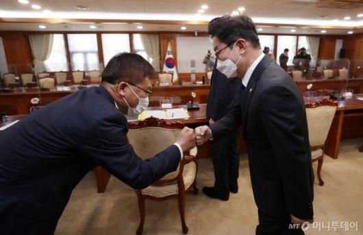 [사진]인사하는 박범계 장관-조남관 직무대행