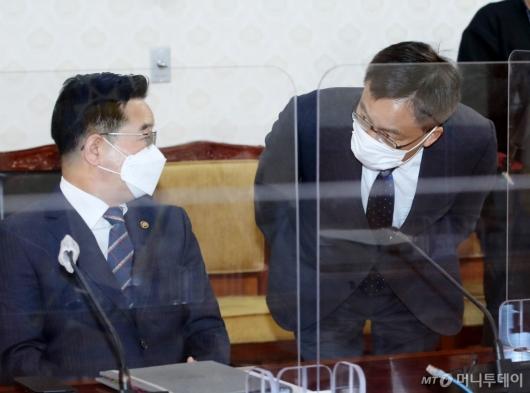 [사진]인사하는 조남관 직무대행-김창룡 경찰청장