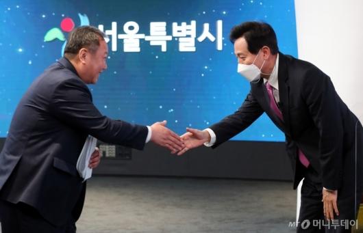 [사진]악수하는 오세훈-김인호