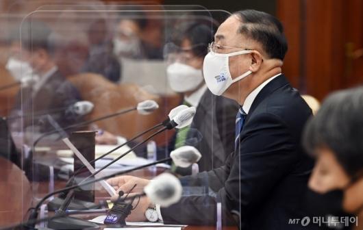 [사진]코로나19 백신·치료제 상황점검회의 발언하는 홍남기