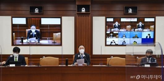 [사진]코로나19 백신·치료제 상황점검회의 주재하는 홍남기
