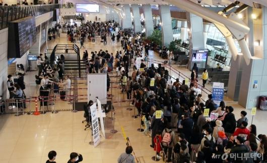 [사진]여행객들로 붐비는 김포공항 국내선 청사