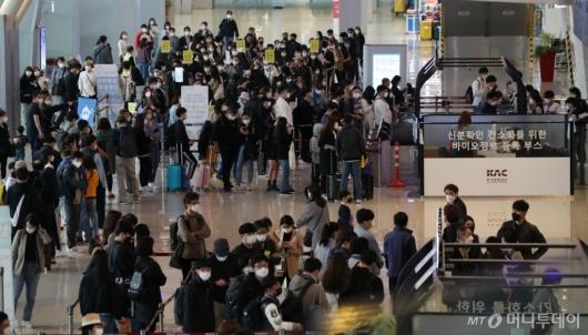 [사진]김포공항 국내선 청사 '여행객들로 북적'