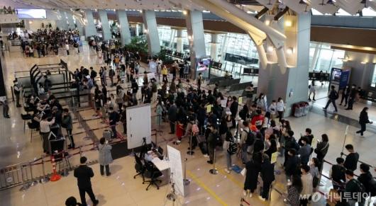 [사진]여행객들 북적이는 김포공항