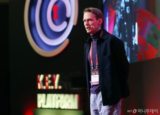 [사진]발표하는 일리야 벨랴코프 인플루언서